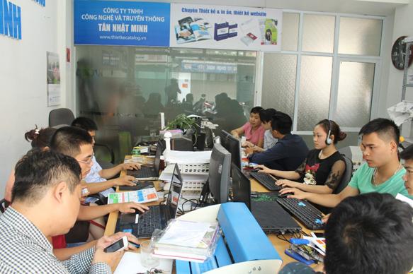 Một góc làm việc tại Tân Nhật Minh. Khách hàng và đội ngũ nhân viên phối hợp hết sức nghiêm túc nhằm tăng hiệu suất công việc